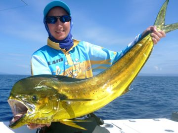 Shefishes big mahi-mahi fishing